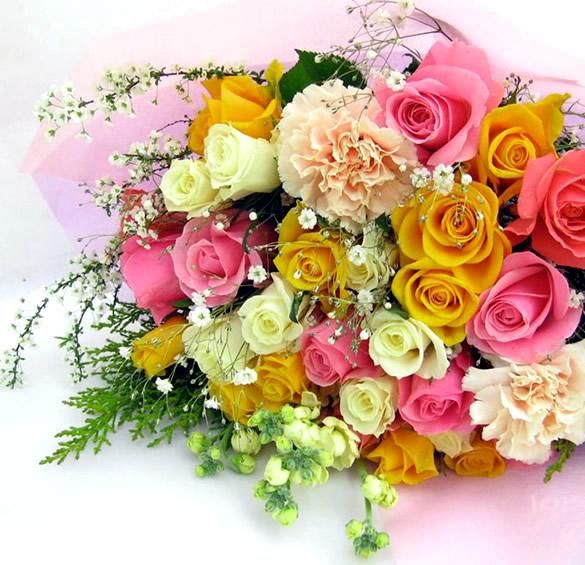 Foto di un mazzo di rose gialle, bianche e rosa